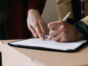 Jak wygląda zawarcie umowy deweloperskiej i zakup mieszkania od dewelopera - krok po kroku