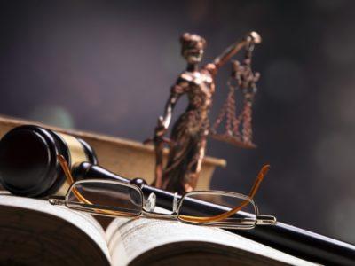 Komu przysługuje adwokat z urzędu?