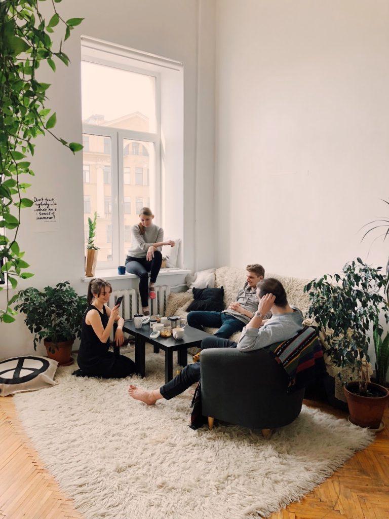 grupa studentów w wynajętym mieszkaniu